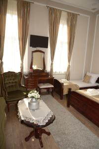 A seating area at Apartments Skadarlija