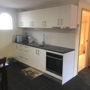 A kitchen or kitchenette at Tinder Lodge Studio