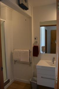 A bathroom at Lakeview Motel