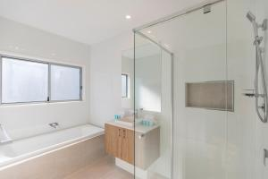 A bathroom at HomePlus-Luxury Waterfront Dream Holiday House