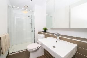 A bathroom at Homely on Spencer in Melbourne CBD