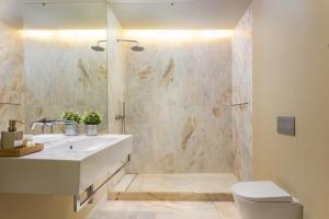 A bathroom at Lisbon Finestay 8 Building Apartments