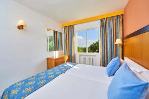 Łóżko lub łóżka w pokoju w obiekcie Gavimar La Mirada Hotel and Apartments