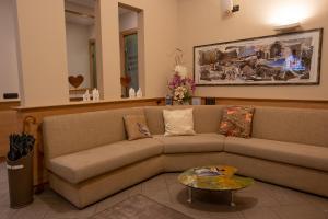 Een zitgedeelte bij Hotel Bernina