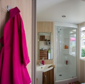 Een badkamer bij Camping Officiel Siblu Le Bois Masson