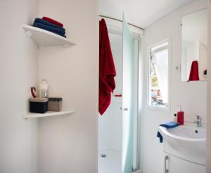 A bathroom at Camping Officiel Siblu Le Bois Dormant