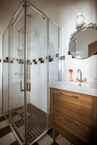 A bathroom at La Maison Gobert B&B