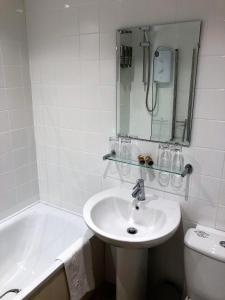 A bathroom at The London Inn