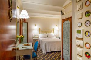 A bed or beds in a room at Hotel Continental Palacete