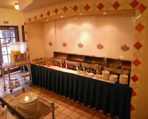 Un restaurante o sitio para comer en HOTEL RITZ