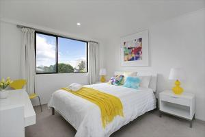 A bed or beds in a room at Newly Renovated Immaculate One Bedroom Apartment in Cremorne - CREM4