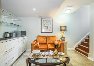 A seating area at Affordable Guest Home at York U