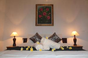 A bed or beds in a room at Kubu Indah Guest House