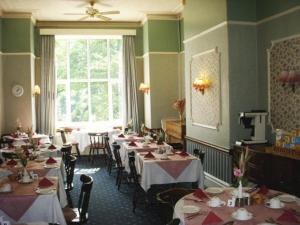 A restaurant or other place to eat at Beaucliffe Hotel