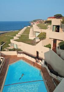 A view of the pool at Residence Pierre & Vacances Les Balcons de Collioure or nearby