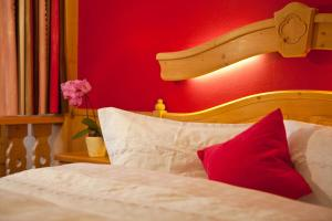 A bed or beds in a room at Familienhotel Lengauer Hof
