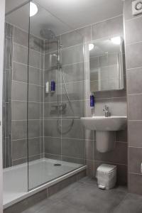 A bathroom at Appleby Manor Hotel & Garden Spa