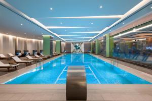 Het zwembad bij of vlak bij Elite World Asia Hotel