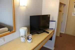 A television and/or entertainment center at Redwings Lodge Baldock