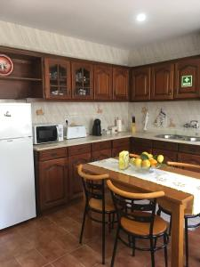 A kitchen or kitchenette at Casa da Mamã