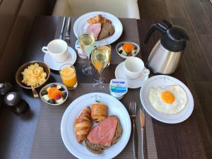 Options de petit-déjeuner proposées aux clients de l'établissement Hotel Kristoffel