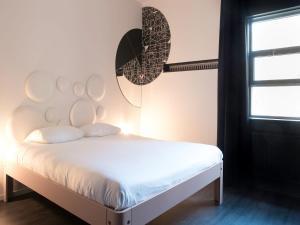 Een bed of bedden in een kamer bij Mabi City Centre Hotel