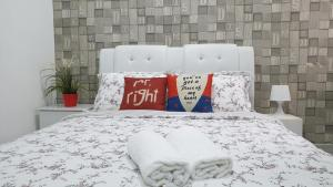 A bed or beds in a room at Kirei Homestay @Ivory Residence