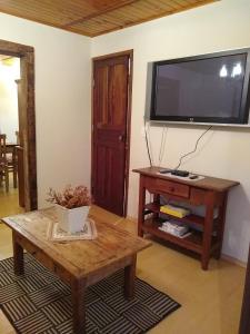 Uma TV ou centro de entretenimento em Entre Vilas Lodge
