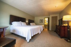A bed or beds in a room at Driftwood Lodge - Zion National Park - Springdale