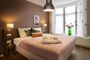 A bed or beds in a room at Haarlem Hotel Suites