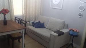 A seating area at Apartamento na Rua da Praia