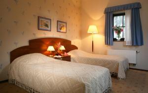 Łóżko lub łóżka w pokoju w obiekcie Leźno Palace