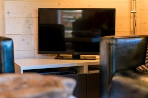A television and/or entertainment centre at 3-Schlafzimmer Chalet Eichhorn****, Saas Fee 1800m