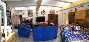 A seating area at Moulin De Cornevis Bed and Breakfast