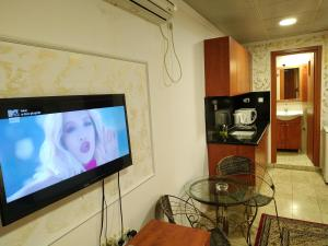 """A television and/or entertainment center at ApartHotel """"Ha-Tzomet"""""""