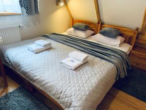 Łóżko lub łóżka w pokoju w obiekcie Król - Pokoje Gościnne