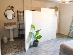 A bathroom at Maison d'hôtes Les 3 Baudets