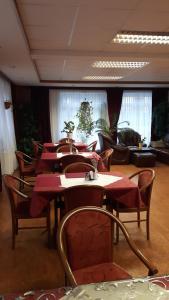 Ein Restaurant oder anderes Speiselokal in der Unterkunft Hotel Schiffer