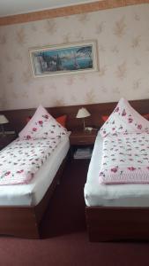 Ein Bett oder Betten in einem Zimmer der Unterkunft Hotel Schiffer