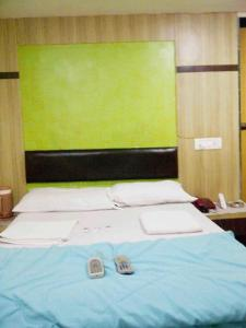 A bed or beds in a room at Hotel New India