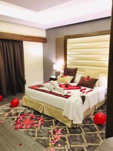 سرير أو أسرّة في غرفة في Ramada by Wyndham Dammam Khaleej Road