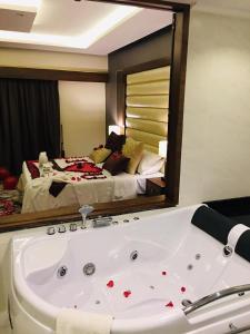حمام في Ramada by Wyndham Dammam Khaleej Road
