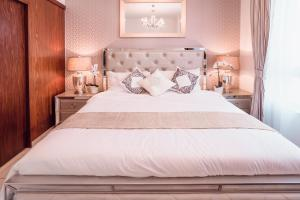 A bed or beds in a room at Elite Royal Apartment - Burj Residences T7 - President