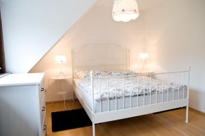 A bed or beds in a room at Zum Fuchsbau