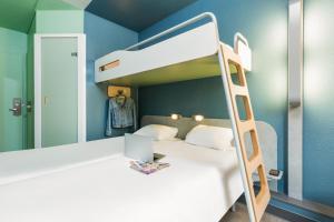 سرير بطابقين أو أسرّة بطابقين في غرفة في إيبيس بدجيت باريس بورت دي مونمارتر
