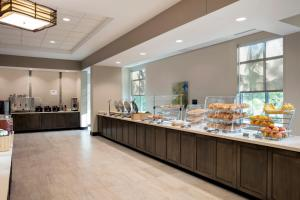 A restaurant or other place to eat at SpringHill Suites by Marriott Orlando Theme Parks/Lake Buena Vista