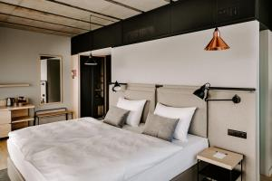 A bed or beds in a room at Vienna House Mokotow Warsaw