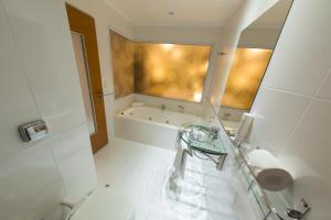 A bathroom at Mérit Iguazú Hotel