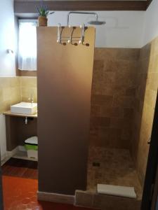 A bathroom at Maison d'hôtes Le Jas Vieux