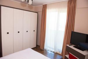 Un televizor și/sau centru de divertisment la Arlequin Apartments